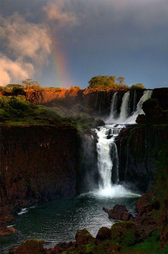 Parque Nacional Iguazú está entre Brasil y Argentina. Tiene muchos grandes cascadas como la Cascada Iguazú.