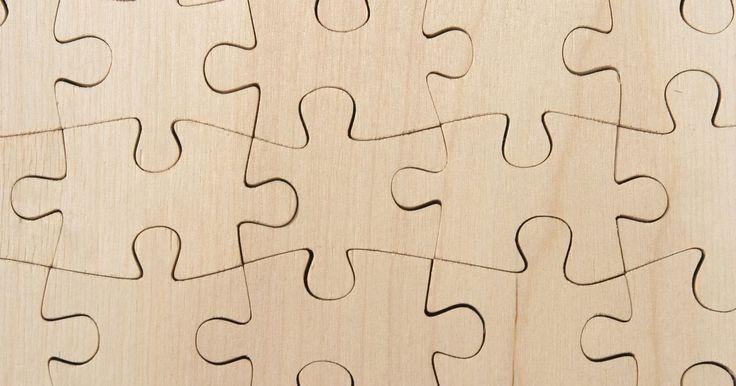 Cómo hacer un rompecabezas de alambre. Un rompecabezas de alambre hecho en casa es sencillo y económico de hacer. Puedes hacer un rompecabezas de alambre con ganchos en tu armario o lo puedes vestir con alambre refinado que puedes conseguir en la ferretería. Un rompecabezas casero de alambre en un regalo entretenido para personas de cualquier edad. Sigue estas instrucciones simples ...