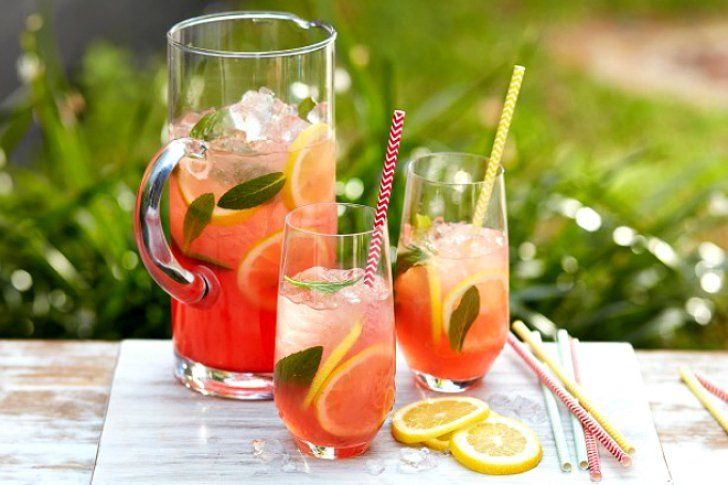 Cómo preparar una refrescante limonada rosada
