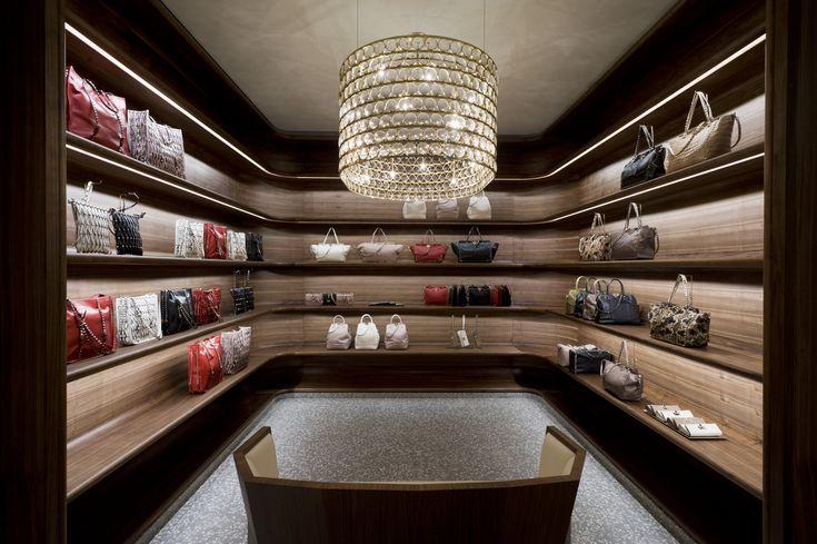 Valentino the new flag ship store on via montenapoleone for Milano design shop