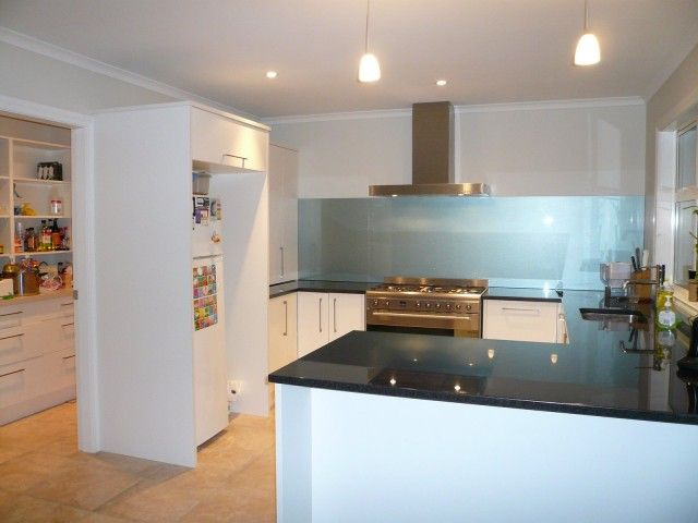 Glass splashbacks stove splashbacks in kitchen kitchen for Small kitchen designs cape town