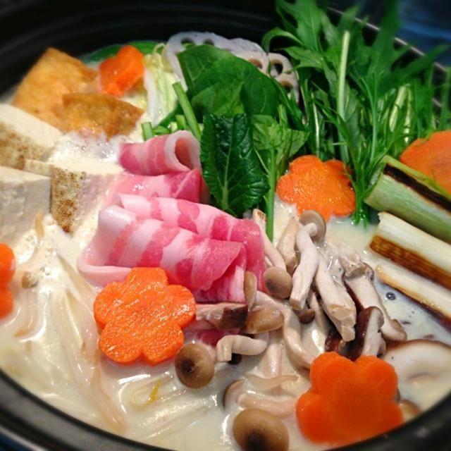 今日は豆乳鍋♡ 昨日に引き続きお野菜たっぷりで*\(^o^)/* 豆乳にウェイパー、鶏ガラ、酒、塩コショウ、で味付けしただけ♫ ニンニクとすりごまをお好みで♡  ◇キャベツ、白菜、蓮根、葱、もやし、椎茸、しめじ、小松菜、水菜、焼き豆腐、厚揚げ、人参、豚肉 - 33件のもぐもぐ - 豆乳鍋♡ by yosaku