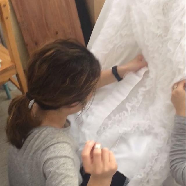 作った素材をバランスと流れとボリュームを考えながら手縫いしていく作業��✨ ちよんの「なんか違う!」の一言で、ためらう事なく全部ほどいてくれるほずみ��✨ これが3度目の正直☺️�� ・ #Nuts#素材#製作#手縫い#縫製#ウェディングドレス#ドレス#ウェディングケーキ#ケーキ#ホイップクリーム#weddingdress#ドレス#結婚式#ドレス迷子#オーダーメイド #ハンドメイド#オーダードレス#wedding#カラードレス#挙式#プレ花嫁#全国のプレ花嫁さんと繋がりたい #2017年夏婚 #2017年秋婚#2017年冬婚#ふわふわ#デザイン#こだわり#ディテール http://gelinshop.com/ipost/1516412416409179155/?code=BULYQ71D5QT
