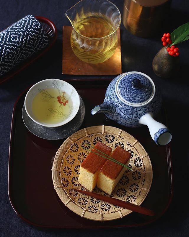 ・ ・ ・ 週末の平和な朝。 まだ誰も起きてこない時間に #お茶時間 ・ 大切な方にいただいた台湾茶を 大好きな友人がプレゼントしてくれた 美しい器で味わう至福の時 ・ お菓子は長崎のお料理男子さんより届いた 非常に入手困難な岩永梅寿軒のカステラ! もちろんはじめて食べました シュワっと美味しい〜♡ なるたる幸せ♡ ・ ・ 優しい気持ち ありがとうございます ・ ・ 今日も1日を大切に。 ・ ・ ・ ・ #丁寧な暮らし #クッキングラム #クッキングラムアンバサダー #おやつ #おうちカフェ #岩永梅寿軒 #カステラ #長崎 #キナリノ #いただきます #日々#暮らし #カステラ #うつわ #器 #和食器 #漆器 #中里博彦 #中里博恒 #心和庵 #染付 #深谷泰 #京竹籠花こころ #刺し子 #開化堂 #えむに #名古路英介