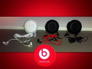 Beats by Dr. Dre Earphones Mic-New Color: Blanco/Rojo/Negro Excelente alternativa mientras conduce. Conveniente para el iPhone, Android iPod, PDA, PS vita, PSP, ordenador portaacute;til, MP3, MP4, reproductor de CD y PC. Disentilde;o para el oiacute;do proporciona aislamiento contra el ruido ambiental. Precio: $15.    nbsp;    * Coordinar costo y metodo de envio!nbsp; $15.00 USD