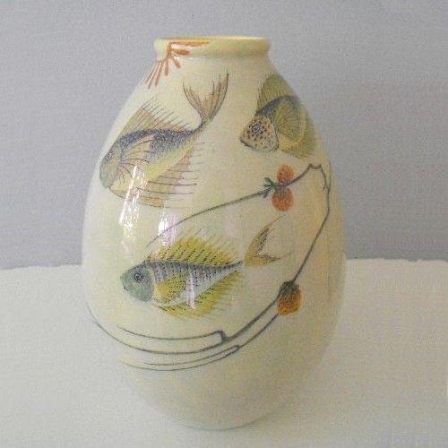 Aardewerk vaas rond 1906, Plateelbakkerij Haga VERKOCHT    Polychroom aardewerk vaas met een decor van drie vissen en waterplanten onder lusterglazuur.  Ontwerp C.J. Lanooij. Schilder D.G. Bordewijk.