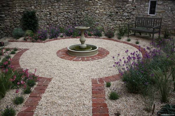 Площадка из гравия с фонтаном