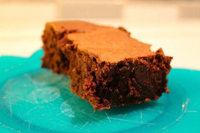 Har i nogensinde fået en brownie, som smagte som én stor trøffel? Det gjorde den her, GUF! Hvor var den bare god. En af de bedste brownies jeg har smagt! Den kan virkelig anbefales. Når jeg skal synde, så skal den have hele armen, og det fik den her. ADVARSEL: Lav ikke denne kage, hvis du e....