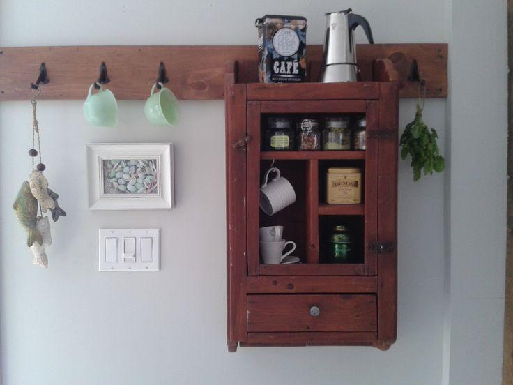 J'adore les armoires murales vintages! Tant de possibilités de les réinventer! Comme pharmacie pour la salle de bain, armoire à épices, tables de chevet et j'en passe. Quand j'ai déniché cette petite beauté j'ai décidé de la transformer en rangement pour mes thés, tisanes et cafés! Ne manque qu'un peu de grillade de cage à poule pour la porte! I adore vintage cupboards! So many possibilities of reinventing them: as a bathroom medecine cabinet, a spice cabinet, as a night stand and the list…