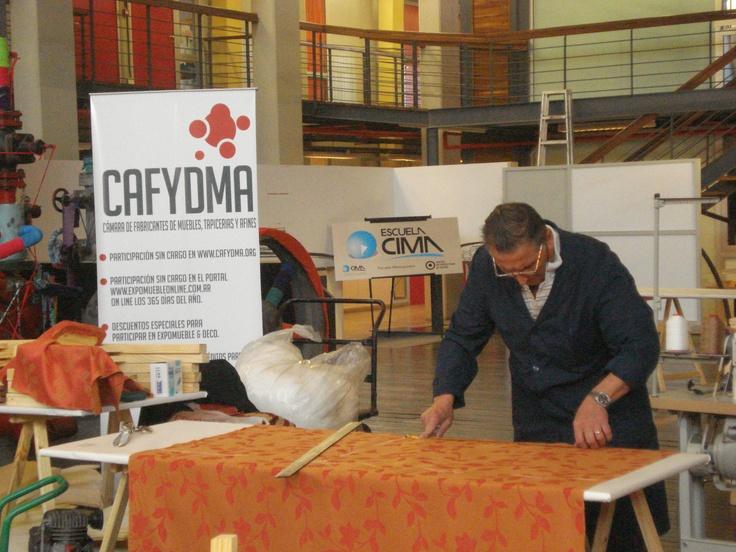 Uno de los profesores de nuestros cursos gratuitos de tapicería enseñó algunos de los secretos del oficio en el FID.      Los invitamos a contactarse con nosotros para informarse sobre los próximos cursos gratuitos.    Para más información:   Mg. Javier Klyver Marketing & Comunicación Cafydma info@cafydma.org