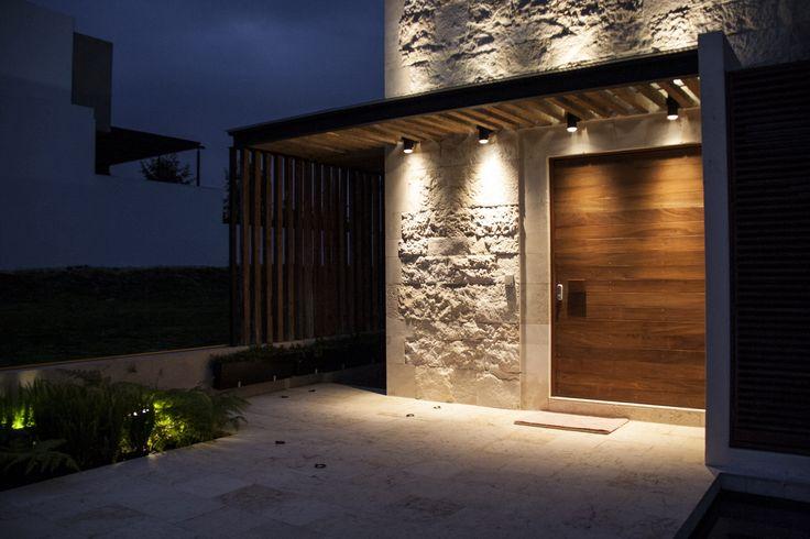 Casa ss fachada muros de piedra iluminaci n for Lamparas para iluminacion exterior
