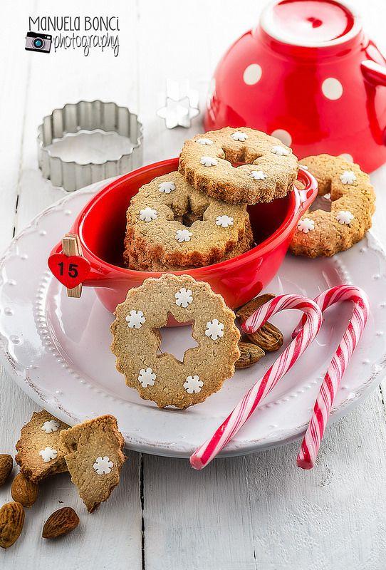 Biscotti all'avena con farina di mandorle e decorazioni di Natale. Food photography. Foto Manuela Bonci
