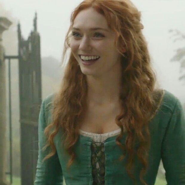 Aideen nicFintan. La forma en la que Eleanor Tomlison sonríe es e x a c t a m e n t e como me imagino a la protagonista de Hiedra y Acero