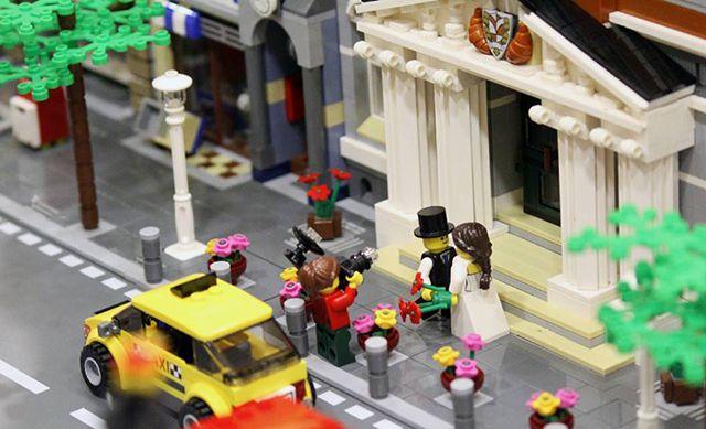 Orăşelul LEGO din vitrina magazinului din Cluj - Blog Brickdepot