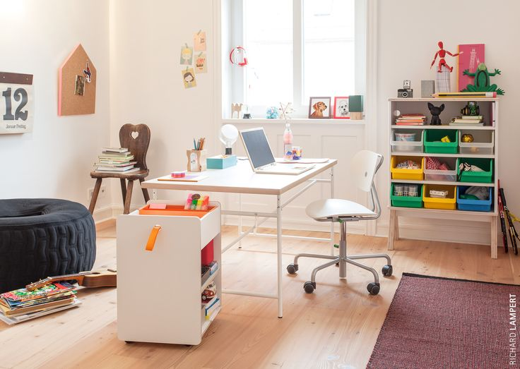 The height-adjustable original ›Eiermann‹ frame by Egon Eiermann for children with fixed tabletop makes it easy to find the ideal position for every miniature craftsman. Even homework is fun when you have the perfect place to do it! #kidscollection #eiermann #beanbag #tableforchildren #eiermanntisch #kinderschreibtisch