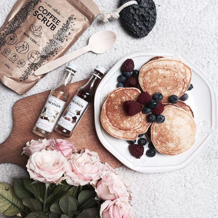 Kto już nie śpi? Ja od rana w drodze do Warszawy! Pędzę na otwarcie @manifiq_co i spotkanie z @_agneslifestyle i @andziathere  Jeśli nie możecie doczekać się jesiennej kolekcji Manifiq to zaglądajcie na moje instastory będzie pięknie!  ps. Przypominam o 20% zniżce na produkty @barecare_official hasło BARECARE_W_SPA  #morning #pancakes #yummy #breakfast #roses #amazing #foodporn