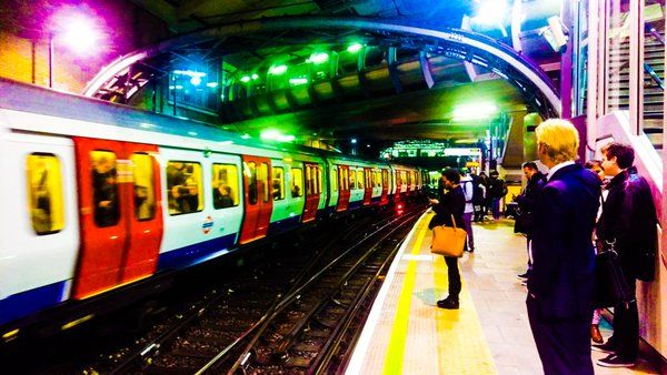 Visit London в Твиттере: «All the colours of the tube, captured by @JohnPatFletcher MT: #Farringdon Station full of colour. https://t.co/QAqPCKIaML»