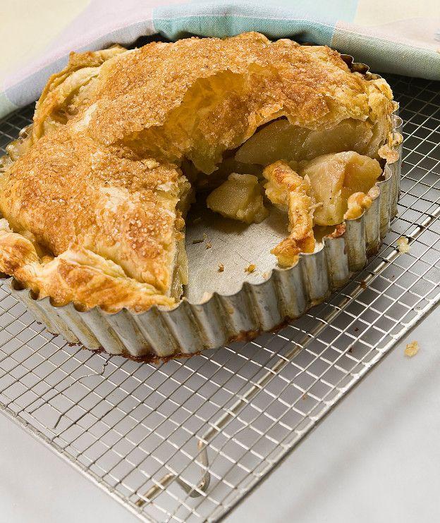 1 πακέτο σφολιάτας (περιέχει 2 φύλλα) 5 μήλα 100 γρ. βούτυρο αγελάδας 250 γρ. νερό 100 γρ. σκούρα καστανή ζάχαρη ½ κ.γ. κανέλα 1 κλαράκι φρέσκο δενδρολίβανο ½ κλωναράκι βανίλιας 1 κ.σ. λευκή ζάχαρη, κρυσταλλική για πασπάλισμα