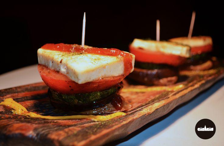 #PicadaCB Timbal de Vegetales: Tres brochettes tibias de vegetales asados + queso grillado + tres pestos: de morrones asados, de cilantro y perejil y dulce picante de tomate.