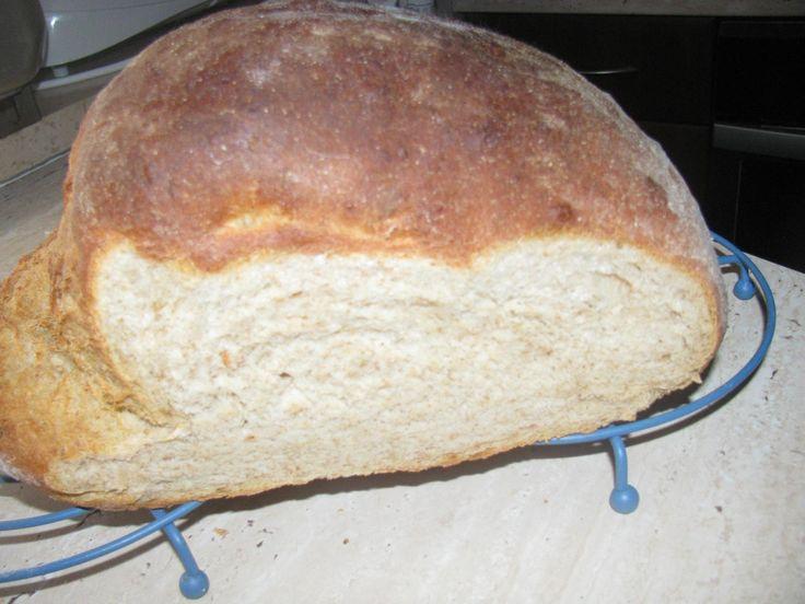 Mnoho ľudí by si rado doma pripravilo svoj vlastný chlieb, mnoho z nich ale odradí jedna vec – zložitá príprava. Veľmi často trvá príprava domáceho chleba veľa času, ktorý väčšina ľudí bohužiaľ nemá. Recept na domáci chlieb, ktorý si dnes ukážeme je jednoduchý a zvládnete ho pripraviť už zapár minút Ingrediencie – 600 g hladkej múky – 300 ml vody