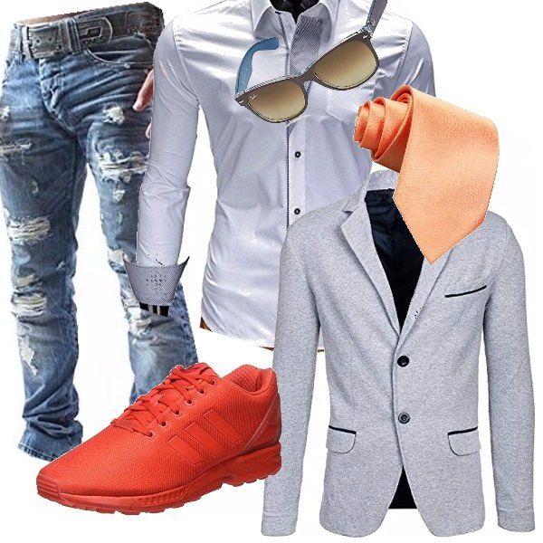 Il mix cravatta/sneaker è molto affascinante, se accompagnato da tanta disinvoltura. Non tutti possono, ma ci possono provare. Jeans effetto molto usati con camicia bianca. Blazer grigio e cravatta color salmone chiaro, richiamando le sneakers color arancione scuro. Per finire, occhiali da sole sportivi.
