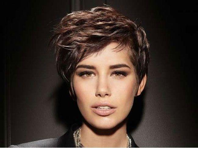 I tagli capelli corti autunno inverno 2017 come per i lunghi e i medi, seguono tendenze che traggono ispirazione dagli anni '70. Un mood sbarazzino e naturale, dato da tagli capelli corti ricci e m…
