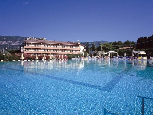 Hotel La Perla - Garda ... Garda Lake, Lago di Garda, Gardasee, Lake Garda, Lac de Garde, Gardameer, Gardasøen, Jezioro Garda, Gardské Jezero, אגם גארדה, Озеро Гарда ... Welcome to Hotel La Perla Garda, Hotel La Perla is set only 200 metres from the lake in a tranquil and quiet area, a privileged spot in the historic town of Garda. The immediate surroundings of Hotel La Perla feature the picturesque atmosphere of a typical historic village filled with wind