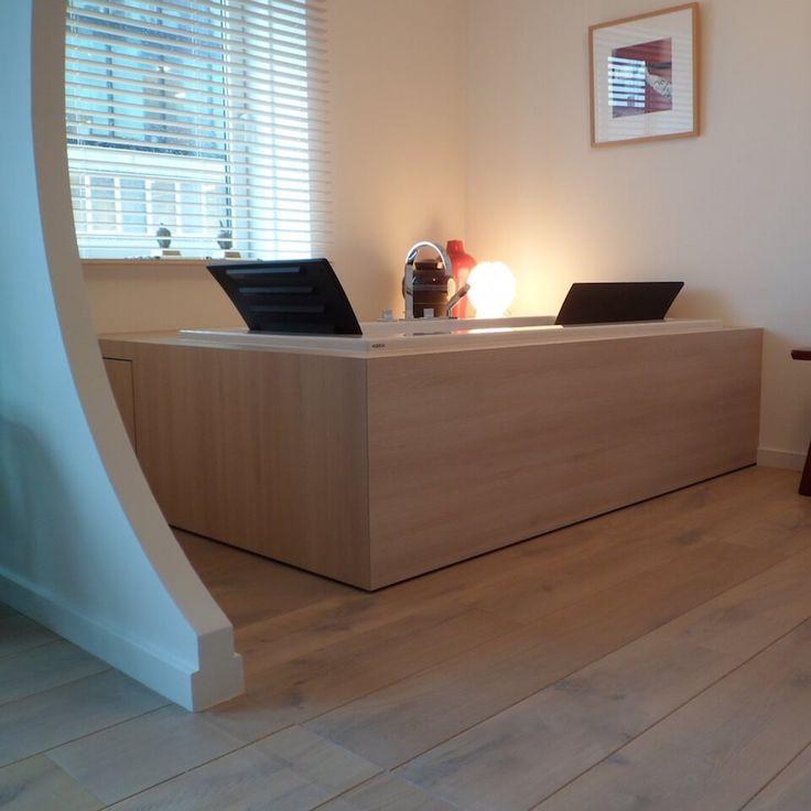 BADOMBOUW In plaats van met tegels is deze #badombouw uitgevoerd in watervast verlijmd plaatmateriaal. Hierdoor is het meer een #meubel geworden dan een #bad. Hierdoor sluit het object mooi aan bij de bestaande vloer. De #ombouw is iets vrij gehouden van de vloer wat een mooi zwevend effect geeft. Materiaal: Watervast verlijmd plaatmateriaal met houtdecor Afmetingen: 2400 x 1650 x 550mm (lxbxh) #Ontwerp #Ontwerpen: #Robbrecht #Vormgeving #meubelmaker #maatwerk #Rotterdam #100hoog