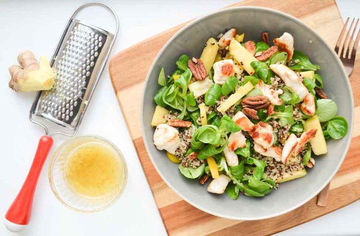 Een bordje veldsla geserveerd met biologische kip, 3 kleuren quinoa en ananas: Een perfecte lunch salade voor na het sporten, vol essentiële aminozuren!