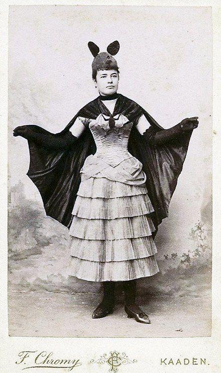 """Викторианский Halloween.   Карнавальный костюм """"летучая мышь"""" на иллюстрации из французского журнала мод и фотография дамы в подобном костюме.  1887 год."""