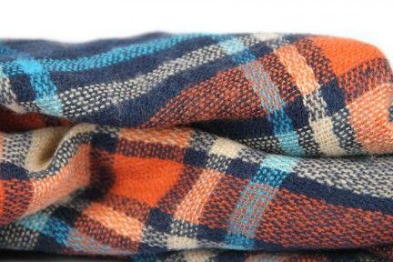 Un châle chic en laine d'Écosse ultra chaud, doux contre la peau.