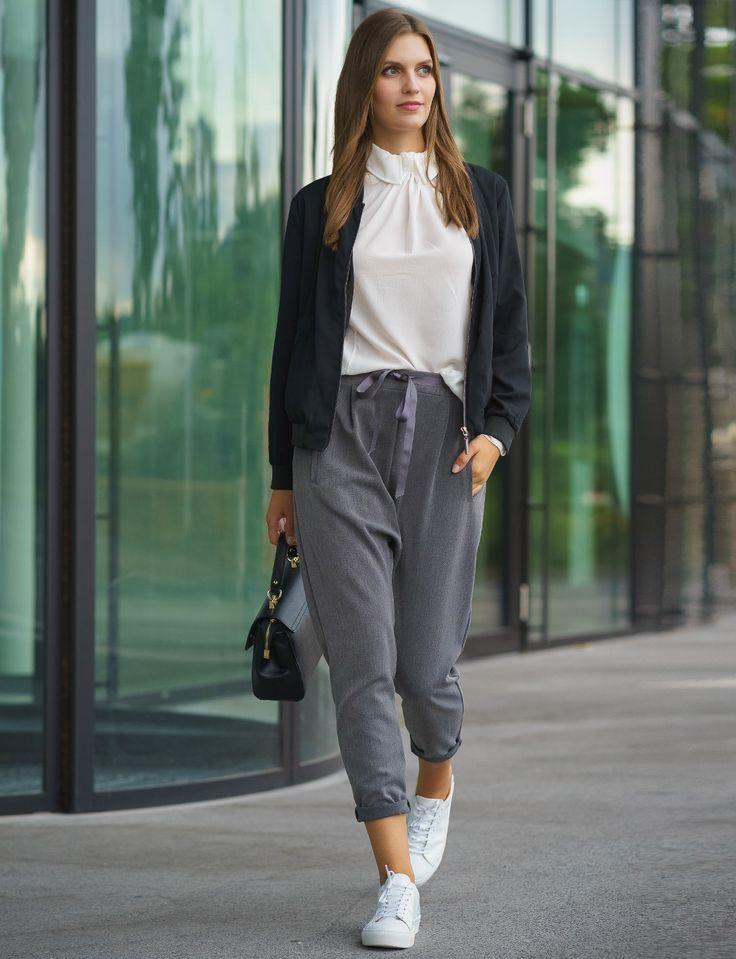 Unsere Stoffhose von SusyMix ist ein echts Multitalent!  Mit ihr seid ihr schick und lässig zugleich unterwegs! Mit eleganter Bluse und einer schlichten, schwarzen Bomberjacke eignet sich das Outfit sowohl für's Business als auch einfach als Alltagsoutfit!