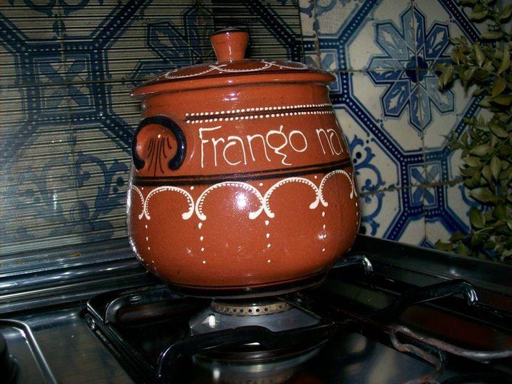 FRANGO NA PÚCARA - Cortei 1 FRANGO DE CAMPO aos pedaços - ½ Kg de presunto cortado aos cubos – 12 batatinhas novas - 2 cenouras às rodelas – ½ Kg de cebolinhas - 3 tomates pelados e sem sementes - 2 folhas de louro - 5 dentes de alho descascados – ½ garrafa de bom vinho branco – ½ garrafa de vinho do Porto seco - 2 cálices de licor de tangerina - 1 cálice de bagaço - 1 raminho de hortelã - azeite,colorau e sal qb.