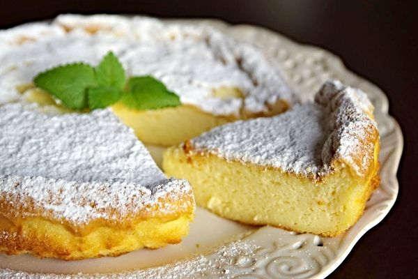Jak málo ingrediencí někdy stačí na chutný pokrm. Tento cheesecake je asi rekordmanem, dá se totiž připravit jen ze tří surovin! Z mascarpone nebo krémového (smetanového) nesoleného sýra, bílé nebo tmavé čokolády a vajíček. Recept pochází z Japonska, v originále má název: Japanese soufflé cheesecake.