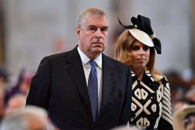 Yorkin herttua prinssi Andrewin Beatrice-tytär oli pukeutuinut näyttävään mustavalkoiseen asukokonaisuuteen.