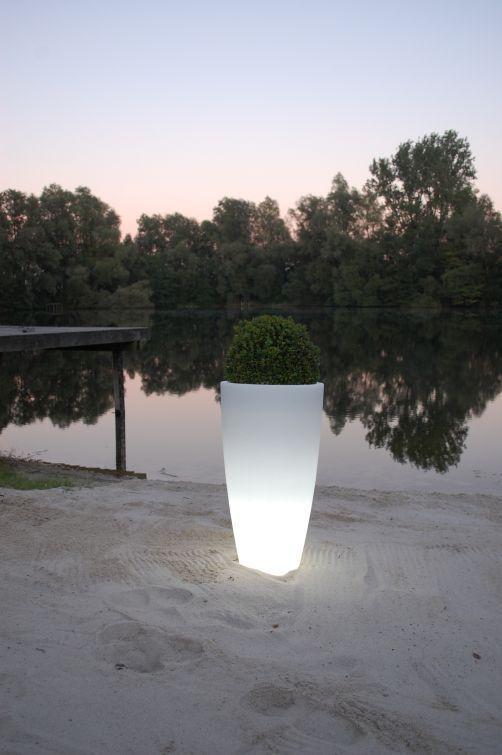 Pflanzkübel Kunststoff beleuchtet LED am See. Dekoration für Haus und Garten. Weitere beleuchtete Pflanzkübel finden Sie unter https://www.vivanno.de/pflanzkuebel/materialien/kunststoff/