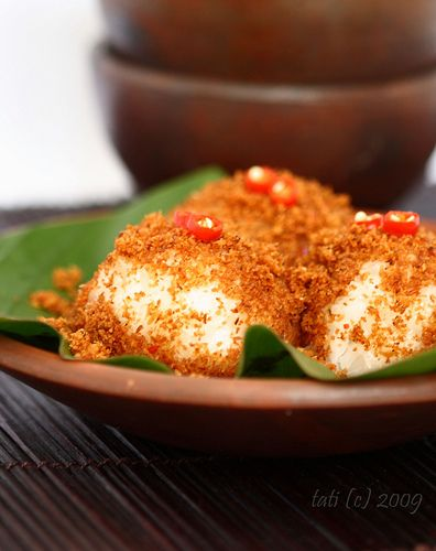 Ketan Serundeng (glutinous rice ball with toasted spicy grated coconut)