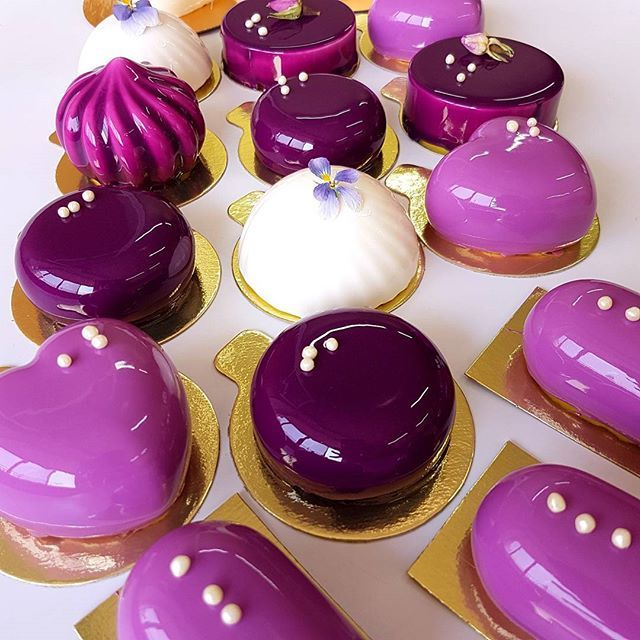 Они снова вернулись! Ассорти пирожных!!! Если вы хотите попробовать сразу несколько вкусов, скрасить вечерок или превратить утреннюю чашечку кофе в наслаждение, то это предложение для вас! Стоимость набора из 4 вкусов - 1000 руб. Вкусы:  Pink (Малина-личи-белый шоколад) Шоколад-мандарин-маракуйя Экзотик (Манго-маракуйя-кокос) Алунга Черри (вишня-молочный шоколад)  Доступны для бронирования только на завтра, пятницу. Для бронирования пишите в вайбер или воцап 8-919-322-1009