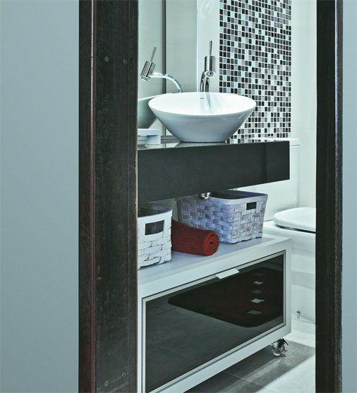 A bancada de granito preto são gabriel e a cuba de apoio com design sinuoso completam o visual
