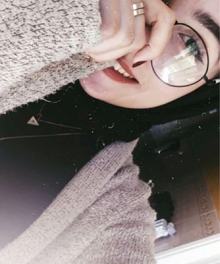 ما المانع لو خسرت النقاش وكسبت ضحكتها علقوا 10 كمنتات بأنشرلكم ستوري منشن تاغ اكسبلور ل Modern Hijab Fashion Beautiful Hijab Girly Photography