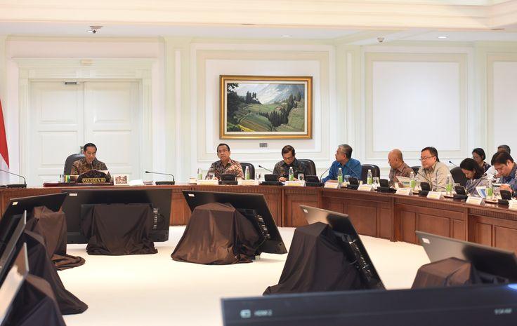 Presiden Jokowi saat memimpin Ratas Evaluasi Program Strategis Nasional dan Proyek Prioritas Provinsi Sultra di Kantor Presiden, Jakarta, Senin (10/4). JAKARTA ,10 Apr 2017 -Di Sulawesi Tenggara (S…