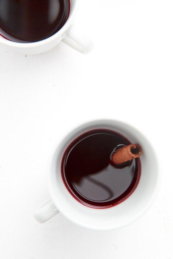 Leckerer selbstgemachter Glühwein mit Kardamom, Sternanis, Nelken, Zimt und Orange sowie einem guten Bordeaux von Michel Rolland.