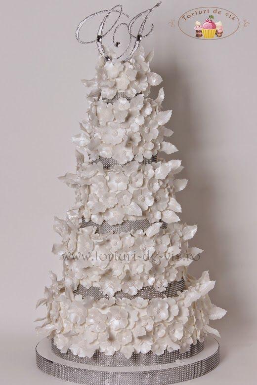 Tort de nunta cu flori albe pentru Cristina si Ionut