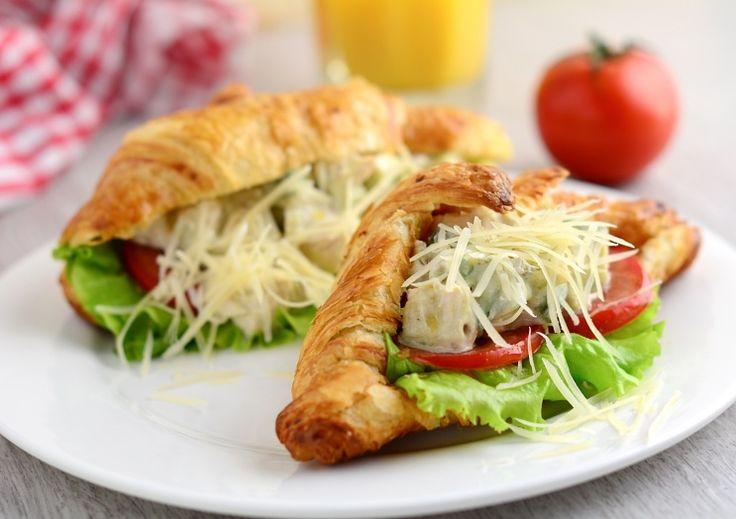 Хотите приготовить полноценный горячий завтрак за 10 минут? Нет ничего проще! В меню: творожные оладьи с секретом, круассан-сэндвич «Цезарь с курицей» и овсяная каша «Яблочный пирог». <br /> <br />