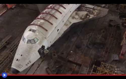 Turisti trovano le astronavi sovietiche perdute Ci vuole coraggio. Occorre fegato, per mettersi alla guida di un SUV al fine di inoltrarsi parecchie centinaia di Km nelle steppe desertiche del Kazakhistan, verso il brullo sito in bilico tra il fiu #spazio #urbex #astronavi #shuttle