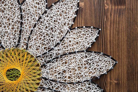 OP bestelling Daisy String kunst gemaakt! Deze prachtige kit wordt nu aangeboden als een afgewerkt product! Als je madeliefjes liefde of iemand kent die niet genoeg van madeliefjes krijgen dan is dit de perfecte home decor gift.  FEDEX GROUND scheepvaart is een prioriteit, omdat elke klant hun gemaakt naar besteld String kunst zo spoedig mogelijk geleverd hebben moet!  Het ontwerp is 15 inch x 12 inch. Het is gemaakt met nagels en borduurwerk floss. Het houten bord is gekleurd in espresso…