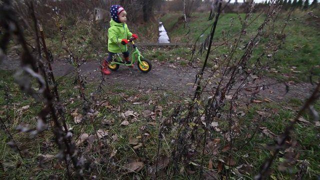 """...czyli Hania lubi rower :) Film powstał podczas jesiennego spaceru w okolicy, kiedy mała rowerzystka miała 2 latka i 1 miesiąc. Chwilę później nauczyła się mówić pięknie  """"Rower"""" :)"""