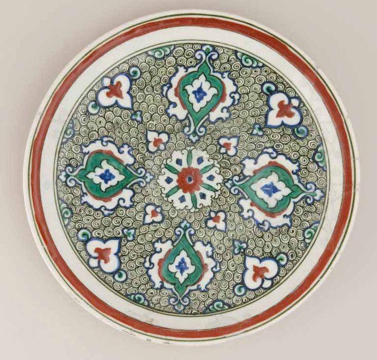 Plat à fond spiralé  vers 1585 - 1590  Turquie, Iznik Céramique, décor peint sous glaçure