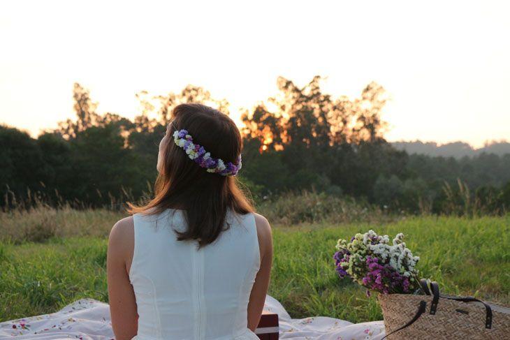 Media corona de siemprevivas naturales en color blanco, amarillo, violeta, lila y rosa. Puede llevarse hacia delante o hacia atrás. Es la pieza más campestre y romántica de la colección.