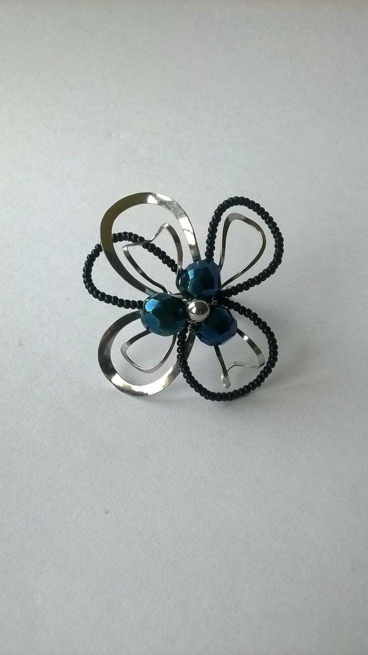 """Prsten+Nr.85+""""Temná+noc""""+Autorský+šperk.+Originál,+který+existuje+pouze+vjednom+jediném+exempláři.+Prsten+je+vyroben+ručně.+Tepaný,+ohýbaný,+tvarovaný+z+chirurgického+drátu+zdobený+českým+skleněným+černým+mini+rokailem,+třemi+temně+modrými+broušenými+perlemi+a+hematitovou+kuličkou.+Ocelové+dráty+použité+k+jeho+výrobě+mají+zdravotní+atest+pro+chirurgii.+Tyto..."""